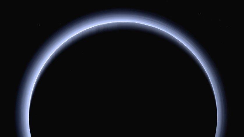 НАСА удалось получить снимок Плутона, подсвеченного сзади Солнцем.