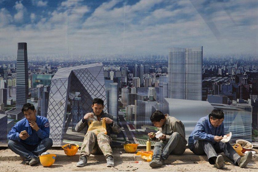 Рабочие во время обеденного перерыва на строительной площадке в Пекине.