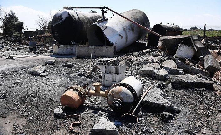 Последствия ракетного удара США по авиабазе в Сирии.