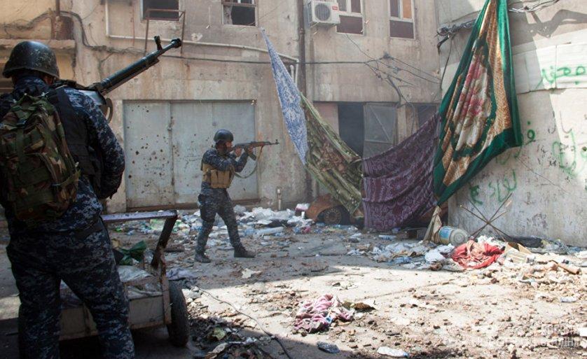 Военнослужащие иракской армии на огневой позиции в Мосуле.