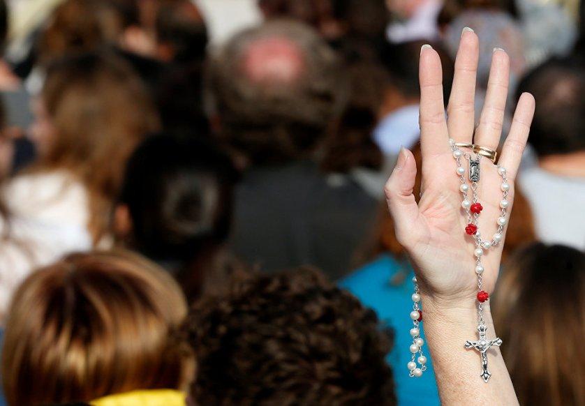 В течение всей Пасхальной недели католики будут посещать богослужения в костелах. На фото: верующий в Ватикане.
