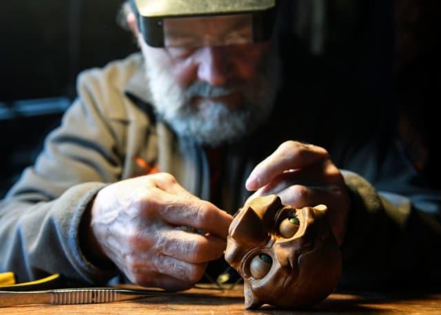 Владимир Захаров за ремонтом кукол