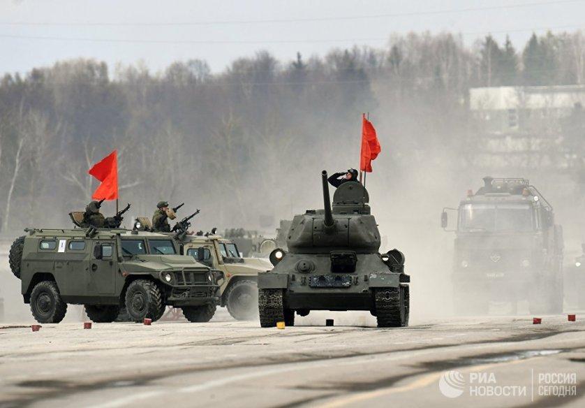 """Танк Т-34-85 и бронеавтомобили """"Тигр"""" механизированной колонны Московского гарнизона во время тренировки парада на полигоне """"Алабино""""."""