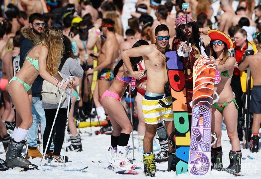 """Участники высокогорного карнавала BoogelWoogel на горнолыжном курорте """"Роза Хутор"""" в Сочи."""
