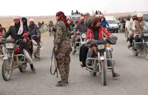 Жители Ракки покидают город, март, 2017