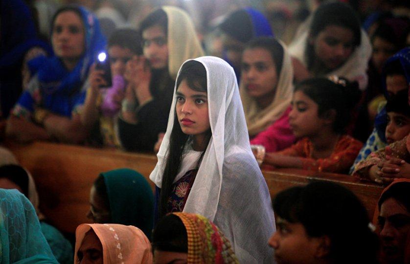 Как и у православных, у католиков Пасхе предшествует 40-дневный Великий пост. На фото: девочка на пасхальной мессе в Пакистане.