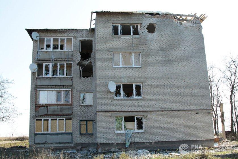 В этот четырехэтажный дом на улице Привокзальной попало множество снарядов во время обстрелов.
