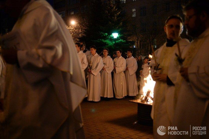 В католическом богослужении на прихрамовой территории разжигается большой костер, от которого возжигают Пасхал — особую пасхальную свечу. На фото: священнослужители перед началом литургии в Москве.