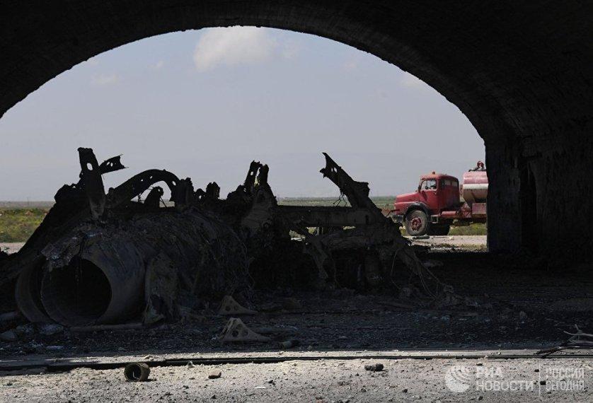 Остов самолета, сгоревшего в результате ракетного удара США по авиабазе в Сирии.
