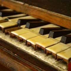 العثور على كنز ذهبي داخل بيانو في مدرسة