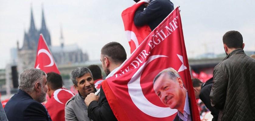 Anhдnger des tьrkischen Staatsprдsidenten Erdogan schwenken am 31.07.2016 in Kцln (Nordrhein-Westfalen) tьrkische Fahnen. Mehrere Tausend Deutschtьrken sind zu einer Pro-Erdogan-Demonstration in Kцln zusammengekommen. Foto: Oliver Berg/dpa +++(c) dpa - Bildfunk+++