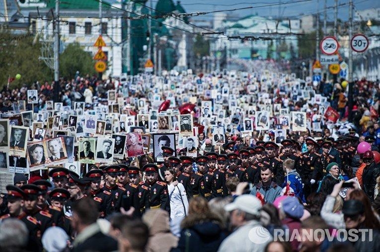 Более 30 тысяч человек вышли на улицы Омска с портретами своих близких, чтобы почтить их память в день 71 годовщины Победы в Великой Отечественной войне. Во главе колонны шли ветераны боевых действий и учащиеся Омского кадетского корпуса.
