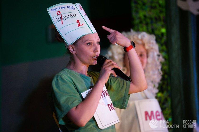 Выпускницы средней вечерней общеобразовательной школы во время концерта, посвященного последнему звонку в женской исправительной колонии №9 ГУФСИН России в Новосибирской области .