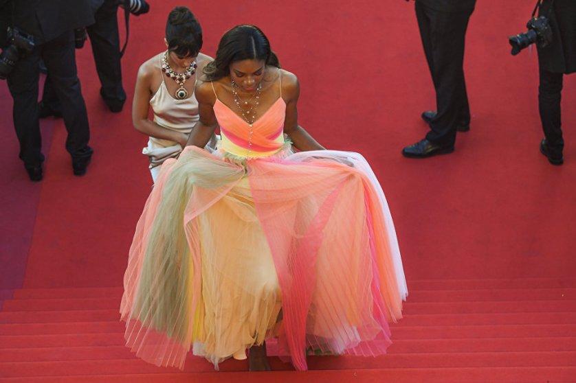 Британская актриса Наоми Харрис в разноцветном платье от Gucci.