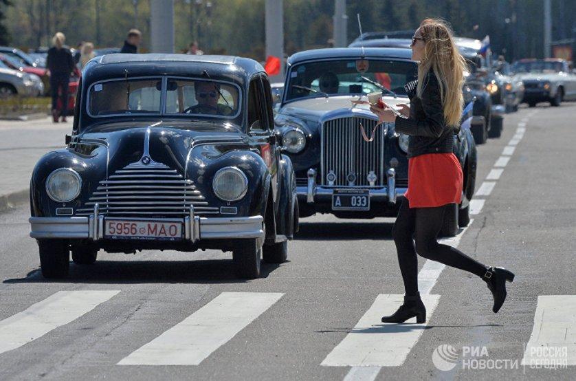 Затем участники автошоу направились на Октябрьскую площадь, где состоялась презентация ретроавтомобилей.