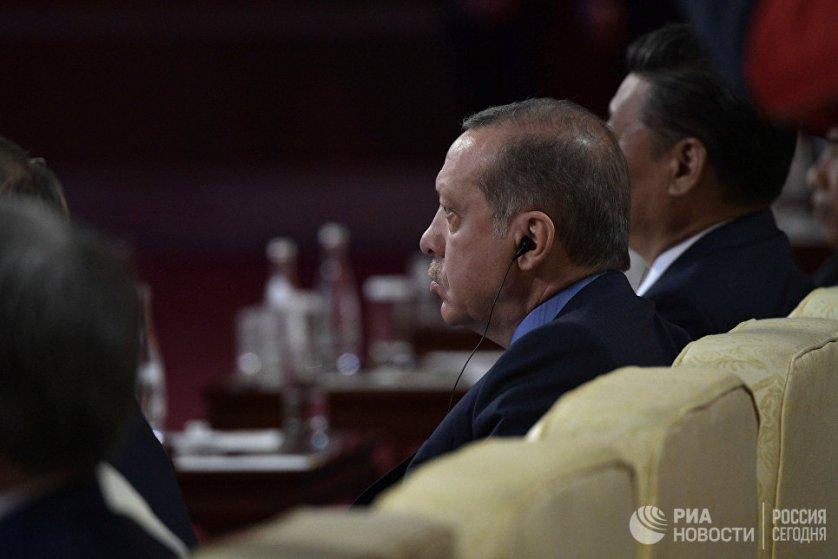 В кулуарах форума российский лидер также переговорил с турецким коллегой Реджепом Тайипом Эрдоганом.