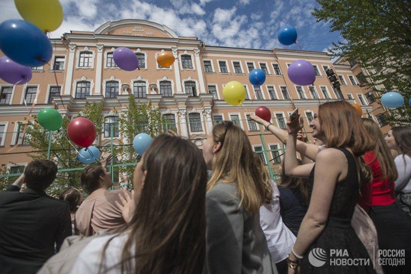 """Празднование последнего звонка в средней школе № 222 """"Петришуле"""" в Санкт-Петербурге."""