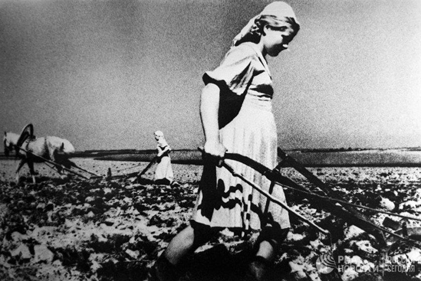 В то время пока мужчины сражались на войне женщинам в деревнях приходилось брать на себя заботу не только о доме, но и о хозяйстве.