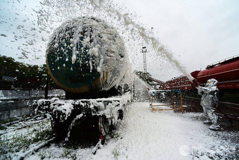 Учения спасательных подразделений Приморского края по ликвидации техногенной аварии на железнодорожном транспорте во Владивостоке.