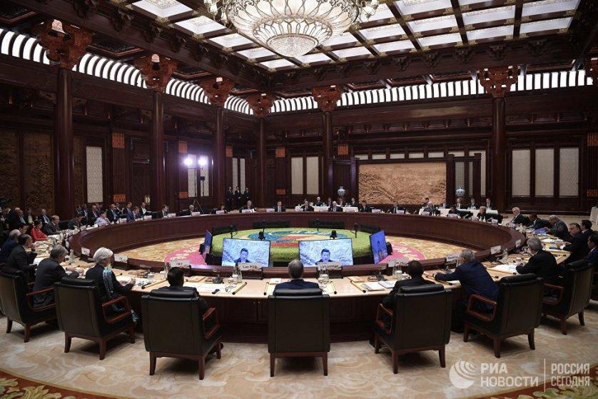 В первый день работы форума состоялось общее пленарное заседание и шесть тематических встреч. Во второй день пройдут два раунда круглых столов.
