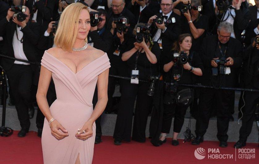 """Председатель жюри """"Особого взгляда"""", актриса Ума Турман выбрала эффектное нежно-розовое платье с открытыми плечами Atelier Versace."""