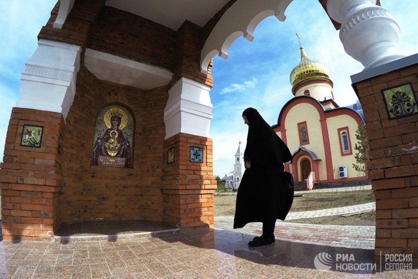 Монахиня в женском монастыре Святых Первоверховных апостолов Петра и Павла в селе Петропавловка Хабаровского края.