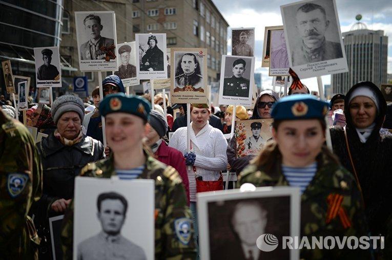 """Масштабным шествием прошел """"Бессмертный полк"""" по улицам Новосибирска. На улицы города вышли более четверти миллиона человек, благодарные своим предкам за Победу в Великой Отечественной войне."""