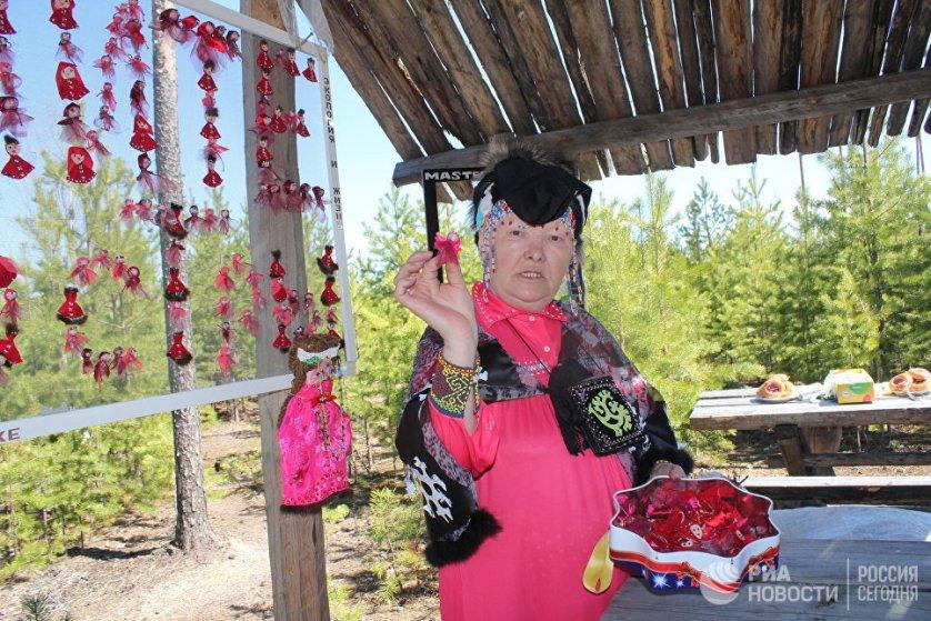 Туристы, желающие познакомиться с бытом и обычаями коренных народов ханты и манси, могут посетить этнографическое стойбище Лук-Яун в 10 километрах от поселка Федоровский Сургутского района.