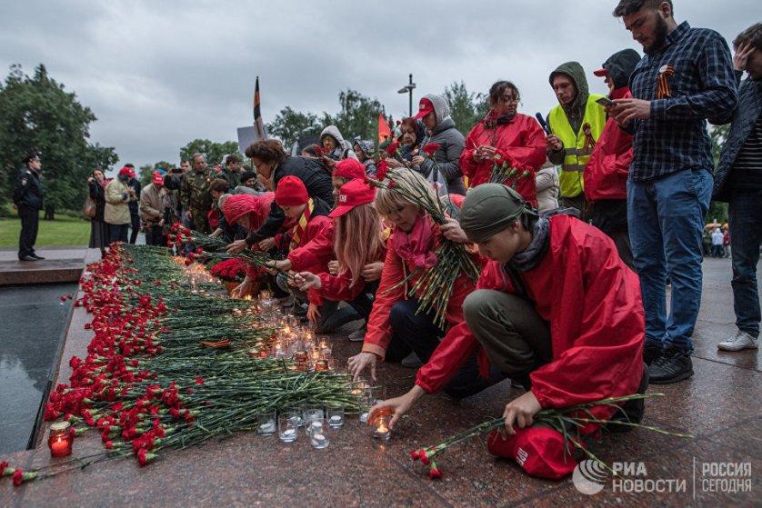 В день начала Великой Отечественной войны люди, живущие теперь в разных странах мира, отдают дань памяти бойцам, погибшим на полях сражений самой кровопролитной войны в истории человечества.