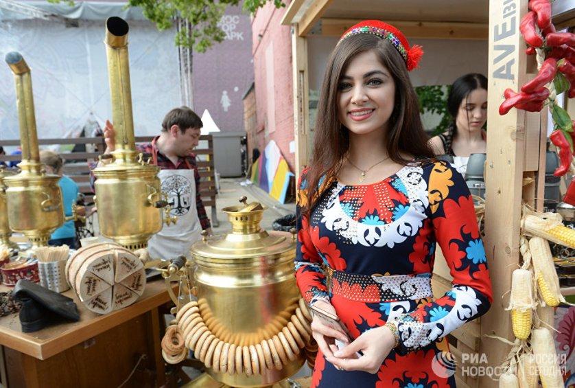 Всего по России в этот день проходят около двух тысяч массовых мероприятий.