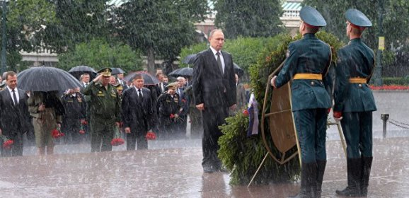 Путин в День памяти и скорби возложил венки к Могиле Неизвестного солдата
