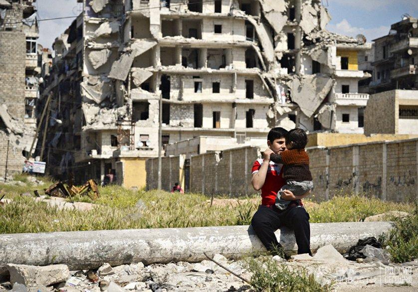 Дети на улице разрушенного района Салах-ад-дин в Алеппо. Сирия, 13.04.2016.