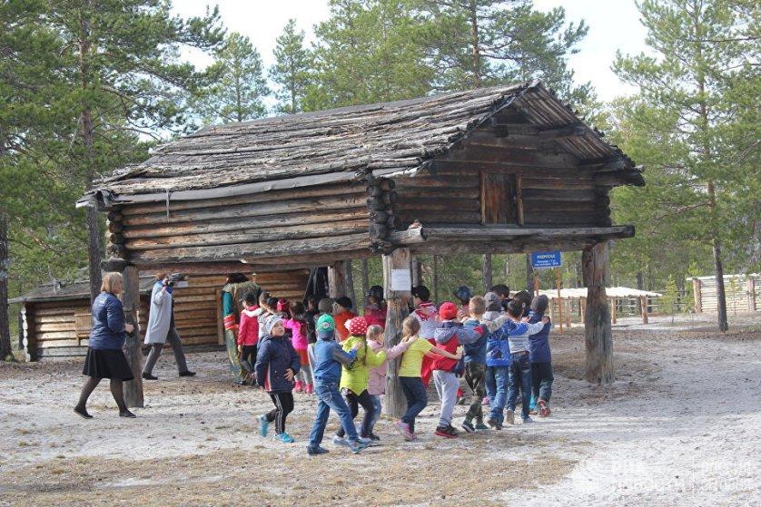 Детский праздник в музее Ядрошникова. Игра в ручеек проходит возле лабаза – помоста для хранения продуктов у северных народов.