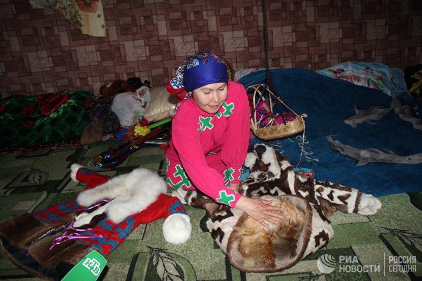 В зимнее время Зина сама выделывает шубы из чернобурки, оленя, лисы и украшает их национальным орнаментом.
