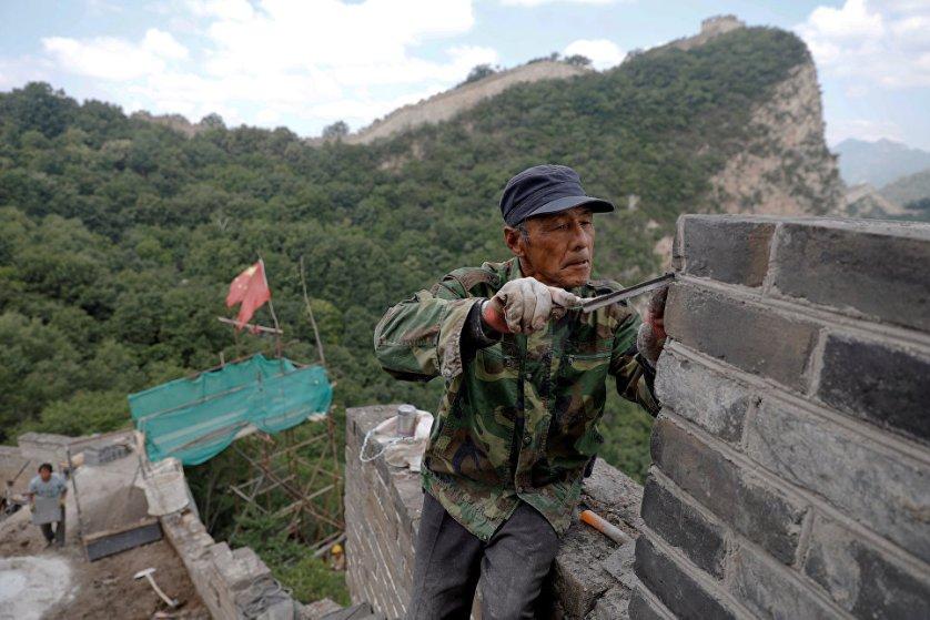 На протяжении своей длинной истории стена систематически разрушалась и приходила в упадок. Лишь в 1984 году по инициативе Дэн Сяопина стартовала программа по реставрации Великой китайской стены.