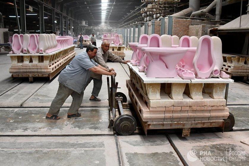 Один из цехов завода по производству керамических изделий в сирийском городе Хама.
