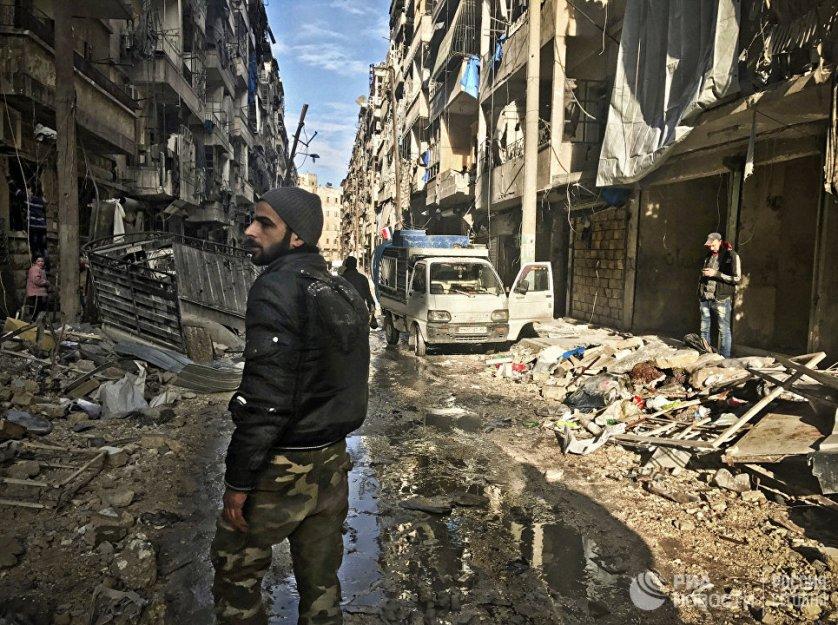 Боец сирийской армии на улице восточного квартала Алеппо. Сирия, 18.12.2016.