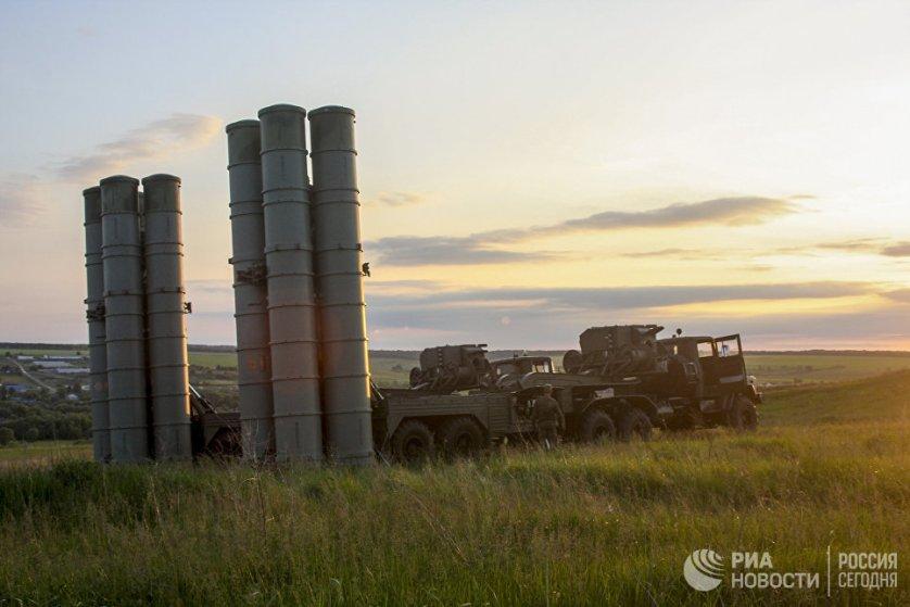 """Зенитные ракетные комплексы С-300 """"Фаворит"""" принимают участие в двусторонних учениях войск ПВО и авиации Западного военного округа."""