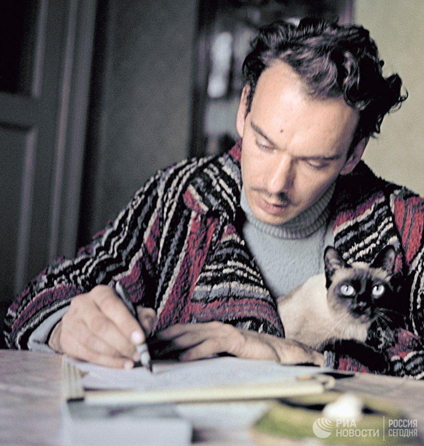 """В 1944 году актер дебютировал в кино, снявшись в эпизодической роли в фильме Лео Арнштама """"Зоя"""". На фото: Алексей Баталов за работой у себя дома, 1963 год."""
