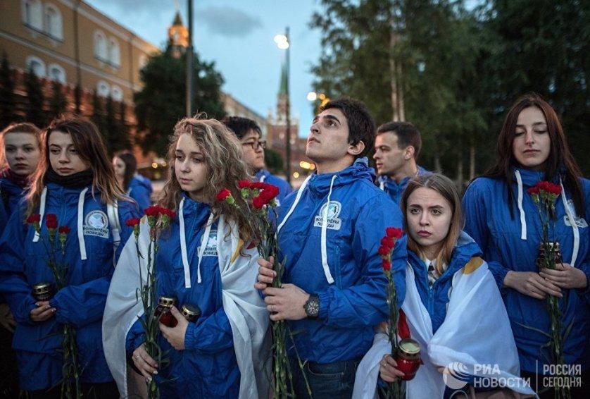 """На установленных в Александровском саду экранах во время акции """"Вахта памяти"""" транслировались кадры военной хроники, а в 4 утра прозвучал голос Юрия Левитана."""