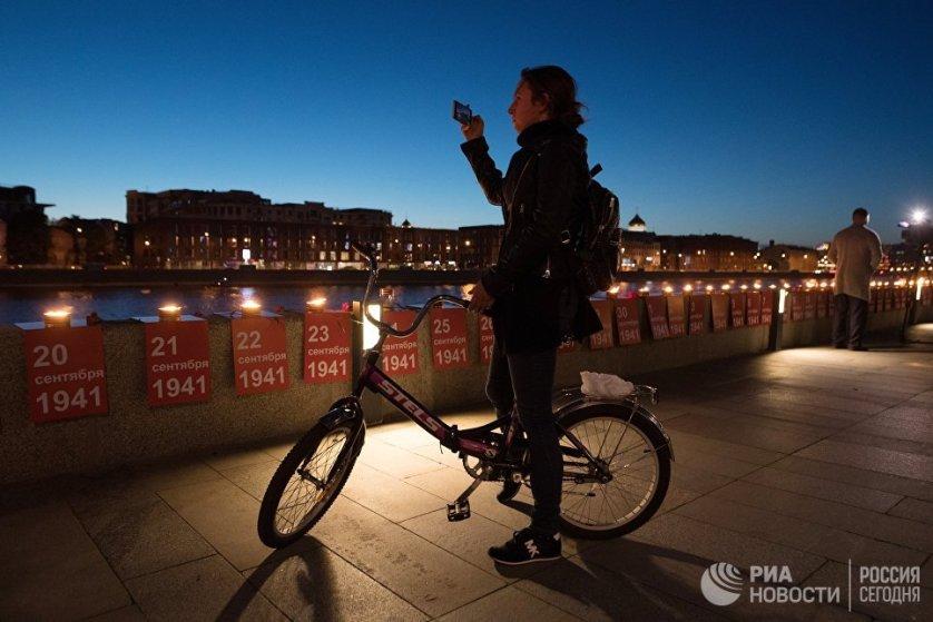 Также в ночь на 22 июня, на Крымской набережной в Москве в память о каждом дне Великой Отечественной войны зажгли инсталляцию из 1418 свечей.