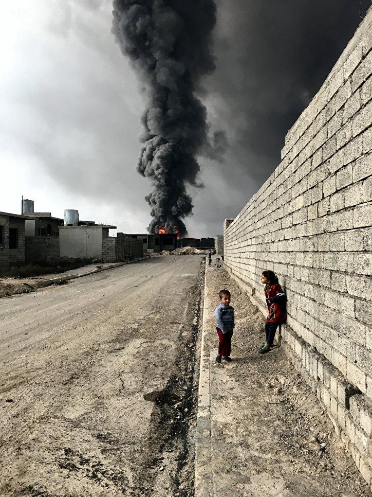 """Работа фотографа из Нью-Йорка Себастьяна Томада """"Дети из Кайара"""" (Children of Qayyarah), получившая Гран-при в номинации """"Фотограф года""""."""