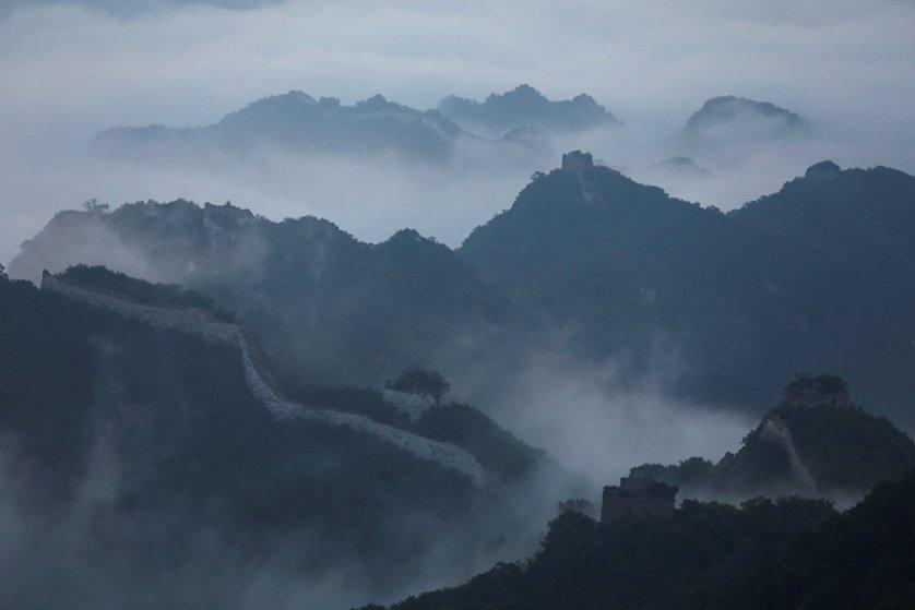 """""""Дорога слишком резко уходит вверх и горы слишком высокие, поэтому кирпичи можно доставлять только на мулах и лошадях"""", - рассказал журналистам Reuters владелей мула Цао Синьхуа, который вот уже 10 лет занимается реставрацией стены."""