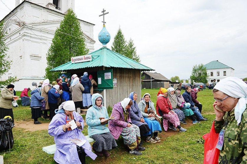 В годы советской власти верующим запретили совершать ход. Однако паломничество все равно продолжалось. Великорецкий крестный ход официально был возобновлен в 90-е годы. В 2005 году патриарх Московский и всея Руси Алексий II придал шествию статус всероссийского.