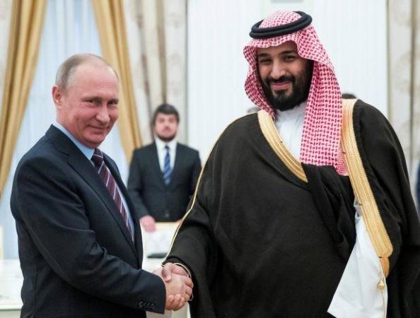 Российский президент Владимир Путин пожимает руку заместителю наследного принца и министру обороны Саудовской Аравии Мухаммаду ибн Салману Аль Сауду, Москва, 30 мая 2017 года