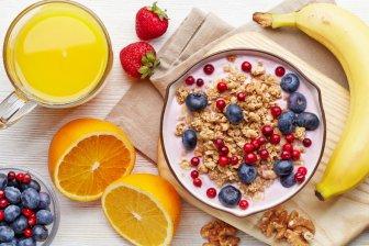 Ученые: Йогурт, молоко и фрукты лучше всего подходят для перекуса