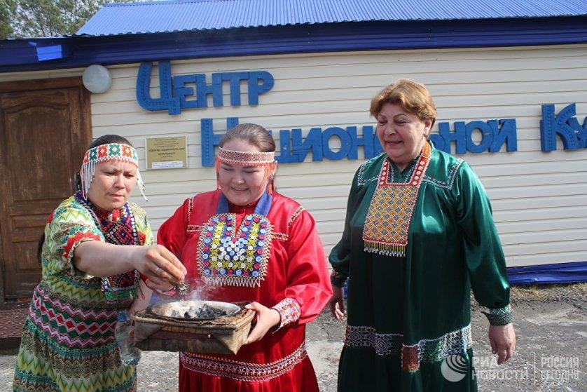 В деревне Русскинская, в 130 километрах от Сургута располагается еще один объект этнотуризма - Центр национальной культуры. Ханты Фаина и Майя научат туристов наносить изображение глухарки на бересту, делать маленьких кукол, плести ворону из бисера.