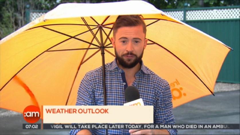 В Ирландии телеведущего сдуло ветром во время прогноза погоды