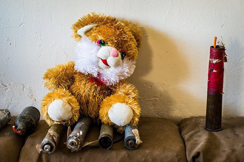 В июне 2014 года террористическая организация ИГ* захватила второй по величине город Ирака Мосул. На снимке - самодельные взрывные устройства, замаскированные под игрушки, сделанные боевиками ИГ*. Большинство этих предметов были привезены из района Синджар.
