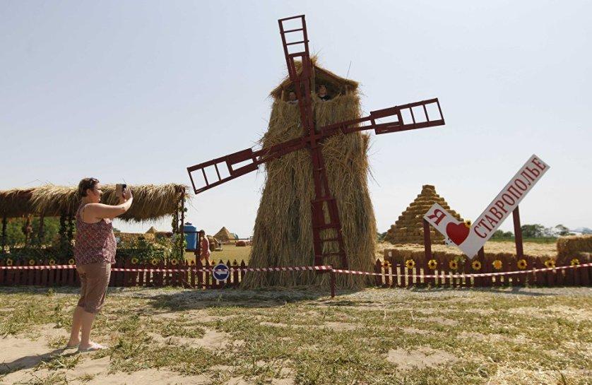 Соломенный парк развлечений появился в Грачевском районе Ставропольского края. Его создателем стал местный фермер Роман Пономарев.